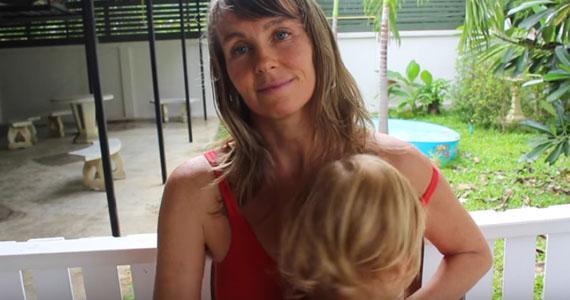 Cette maman a-t-elle allaité son fils pendant trop longtemps?