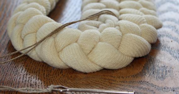 Comment faire un tapis de tresses avec vos vieux vêtements