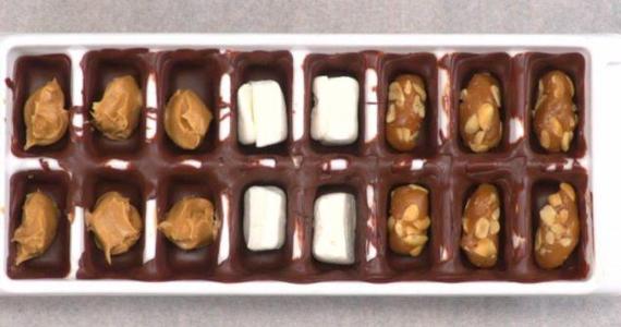 Chocolat express fait dans un moule à glaçon