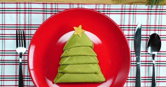 Serviettes pliées pour une table festive