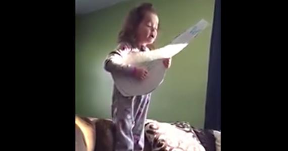 Elle joue d'une guitare en carton, mais c'est tout à fait réussi!