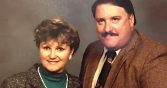 Son mari contrôle son apparence, mais quand il meurt, elle se transforme totalement
