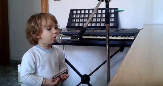Le jeune Luca vous épatera avec son harmonica!