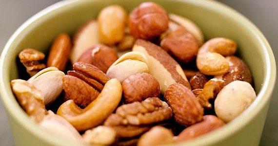 Vous devriez faire cela à vos noix avant de les manger