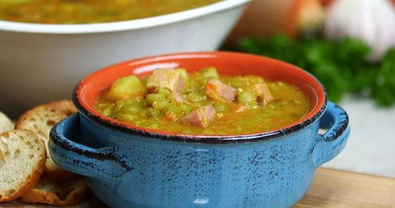 Cette soupe aux pois en mijoteuse est simple à faire, mais riche et savoureuse!