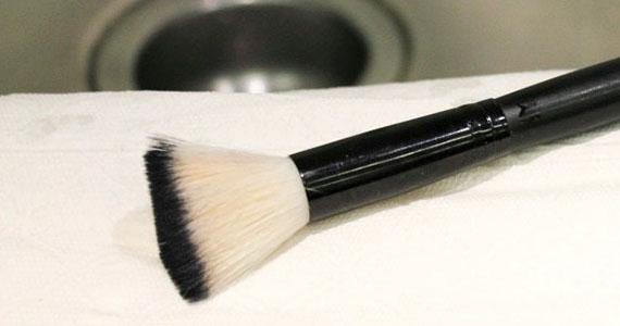 L'importance de bien nettoyer vos pinceaux à maquillage