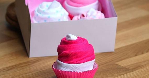 Pyjamas une-pièce présentés comme petits gâteaux – adorable!
