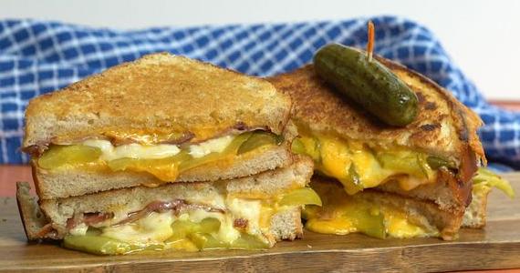 Arrêtez de mettre les cornichons dans l'assiette, faites-en la vedette dans ce délicieux gril cheese au bacon