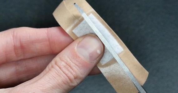 Voici la façon correcte de mettre un Band-Aid pour qu'il reste en place
