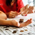 Mujer cuenta dinero sobre la mesa