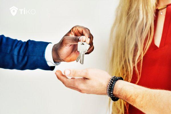 Pareja recibe las llaves de un piso en Madrid