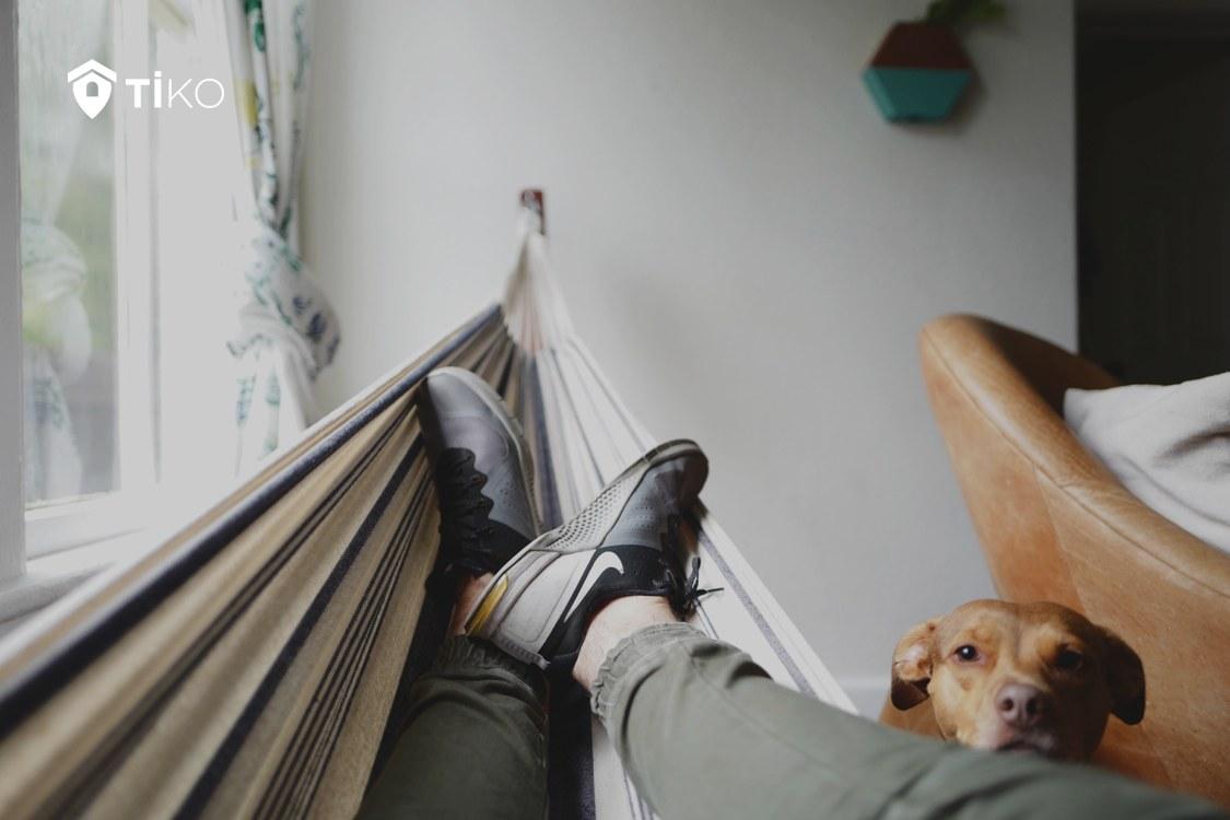 Persona relajada en una hamaca
