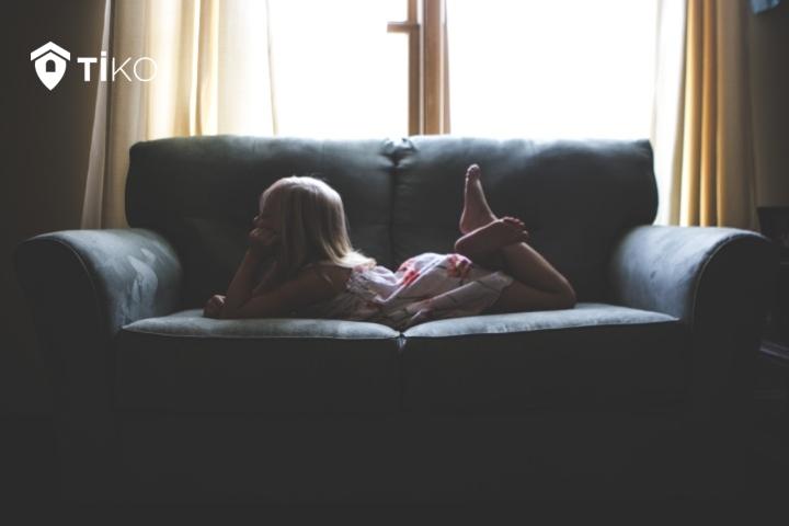 niña en el sofá de una vivienda de protección oficial