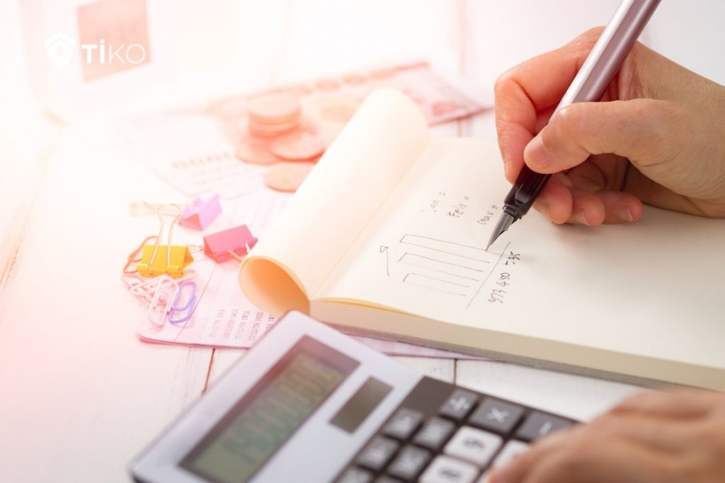 Persona calcula impuestos por vender piso