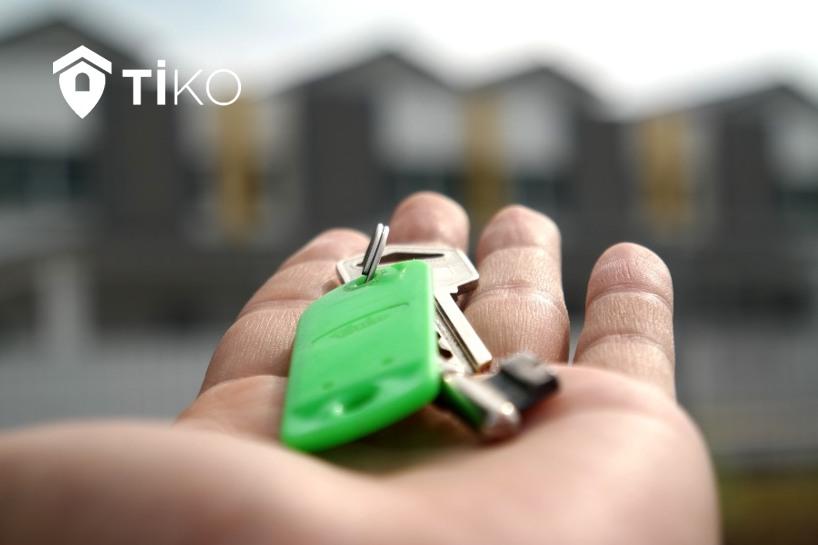 Una mano muestra las llaves de una casa vendida