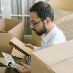Hombre organiza mudanza para vender su piso