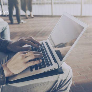 Persona vender casa online con un iBuyer