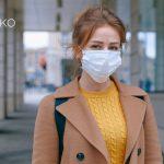 Mujer se protege contra el coronavirus con mascarilla