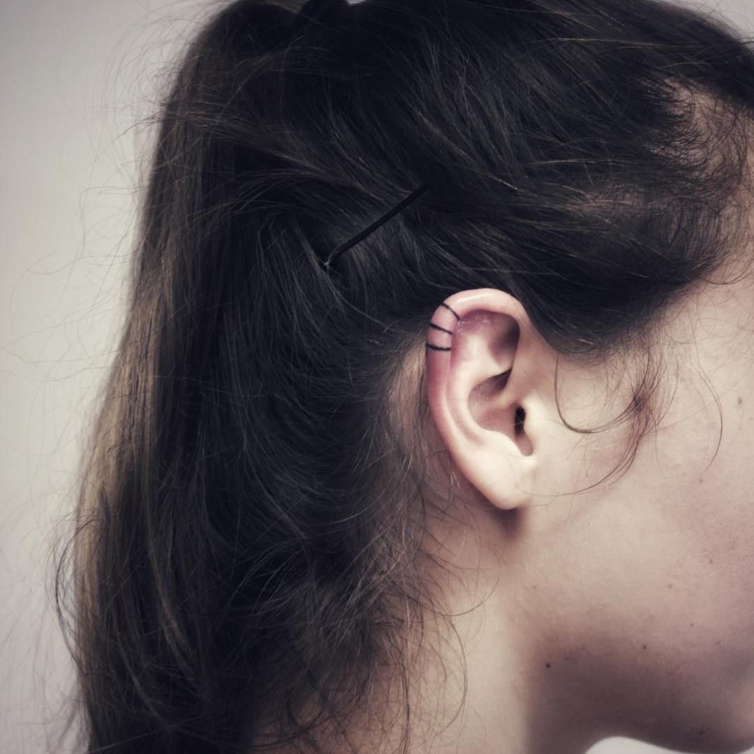 Ear tattoo lines from Heksa Hanspoke