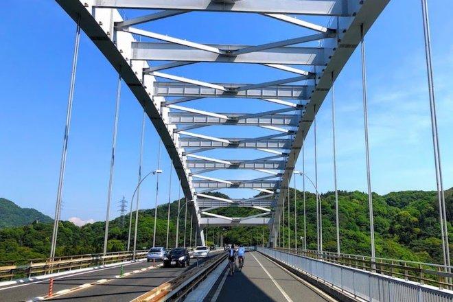 大三島から伯方島へ向かう「大三島橋」(写真:松田然)