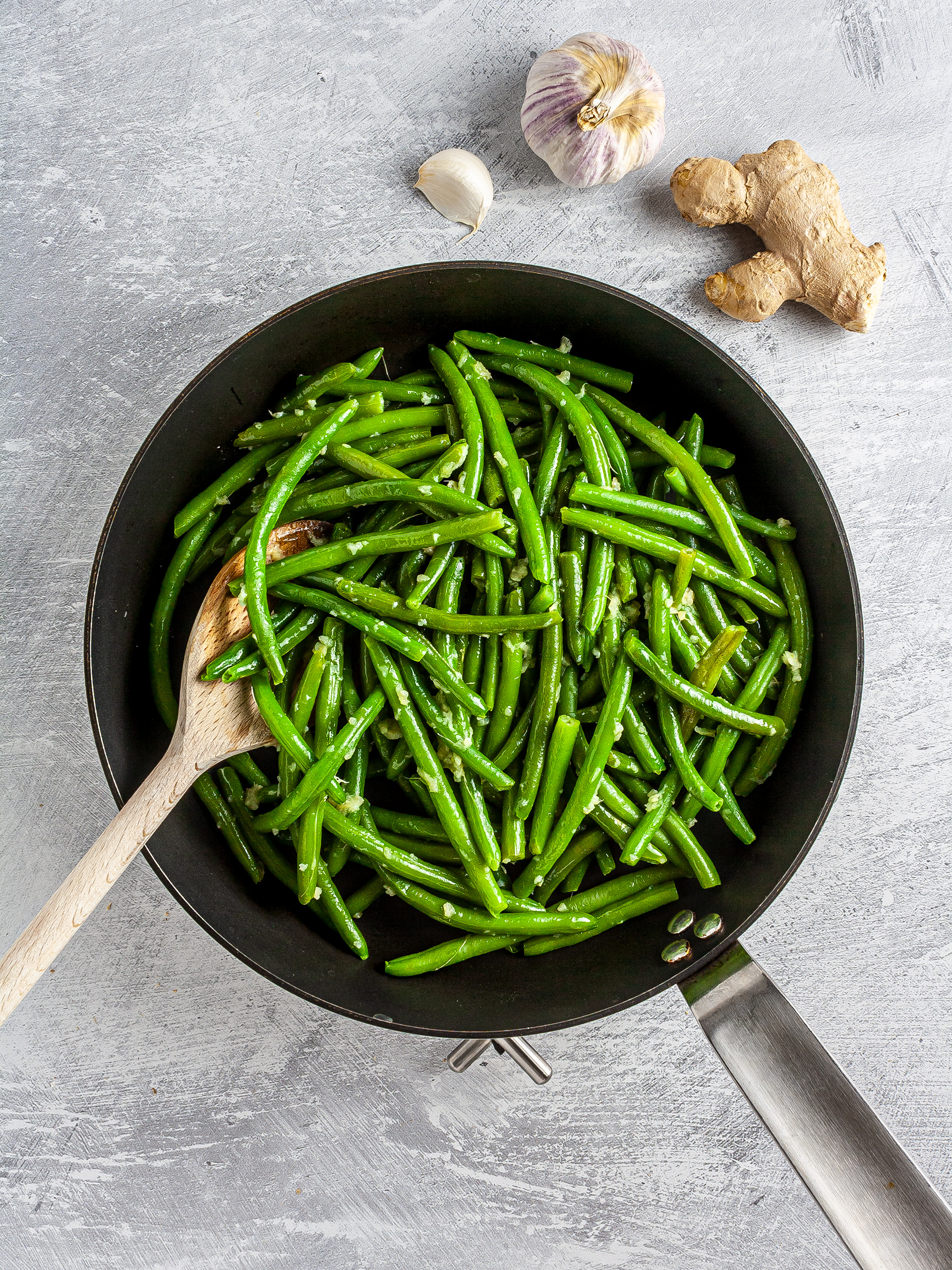 Cooked green beans with ginger and garlic