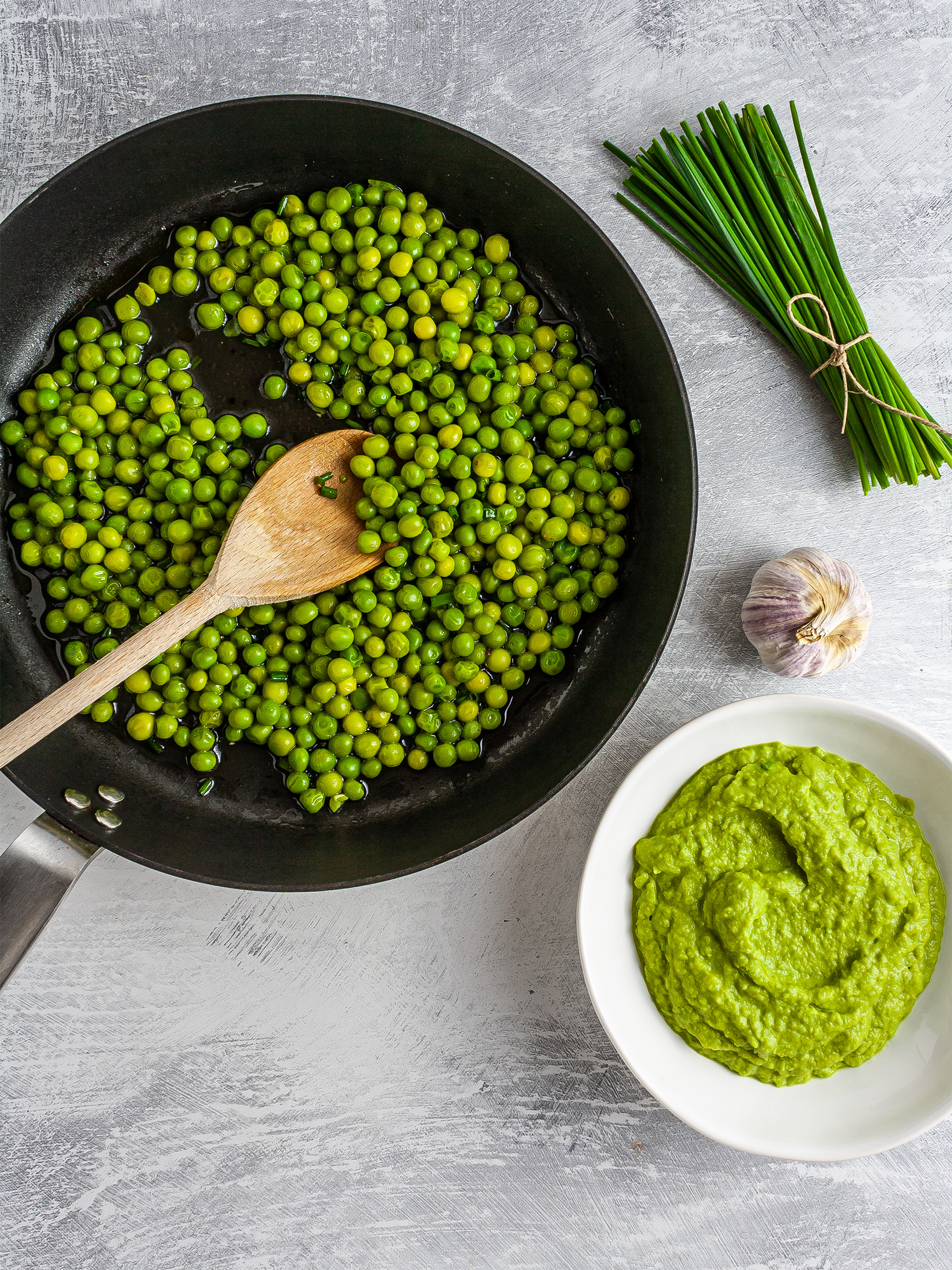 Cooked peas and mashed peas