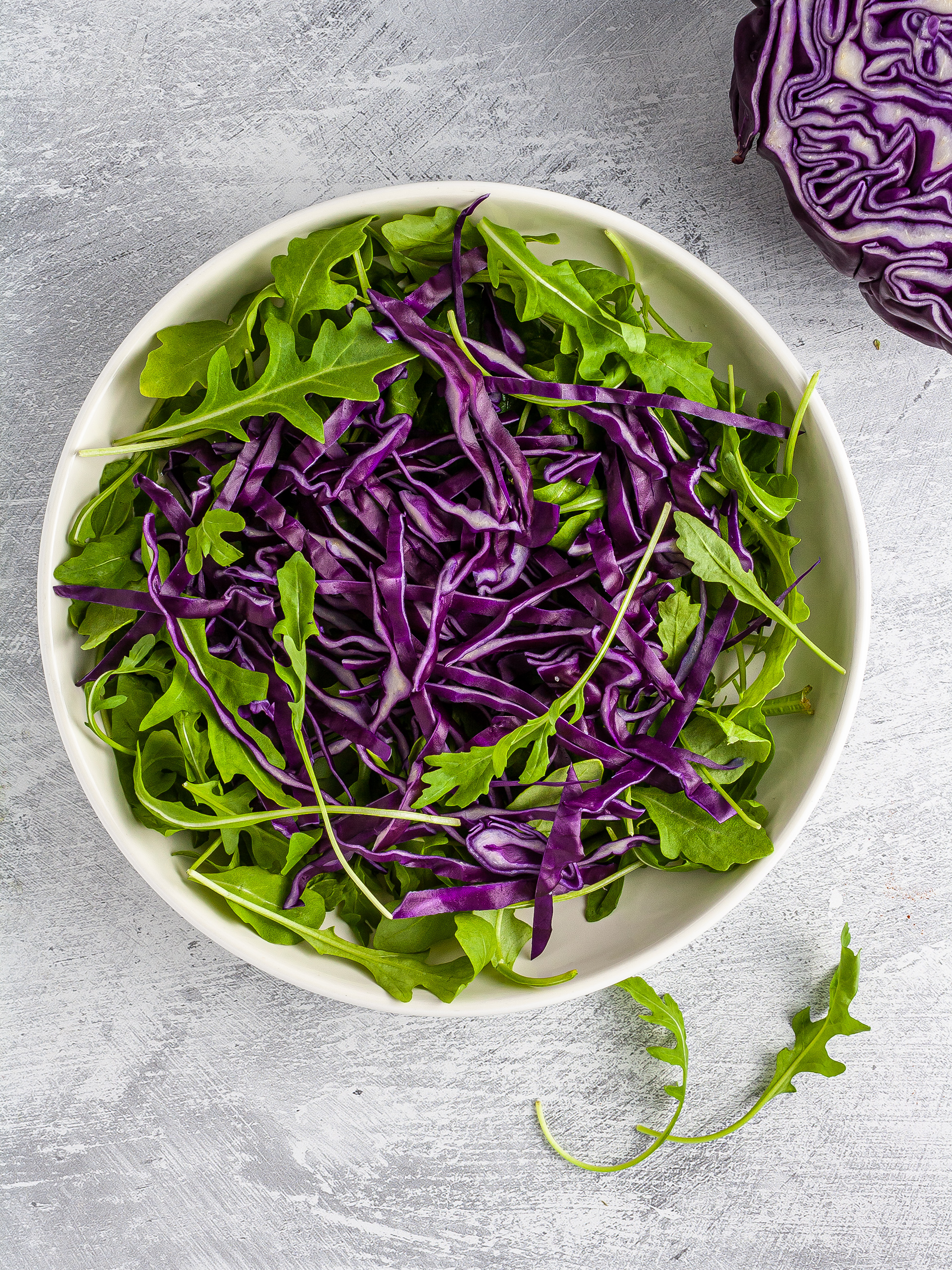 Rocket and red cabbage in a salad bowl