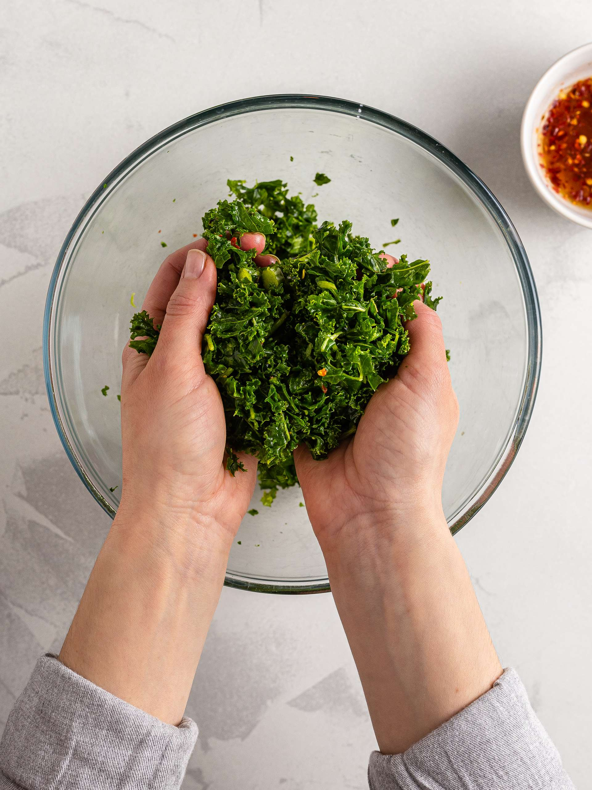 Kale seasoned with chilli dressing