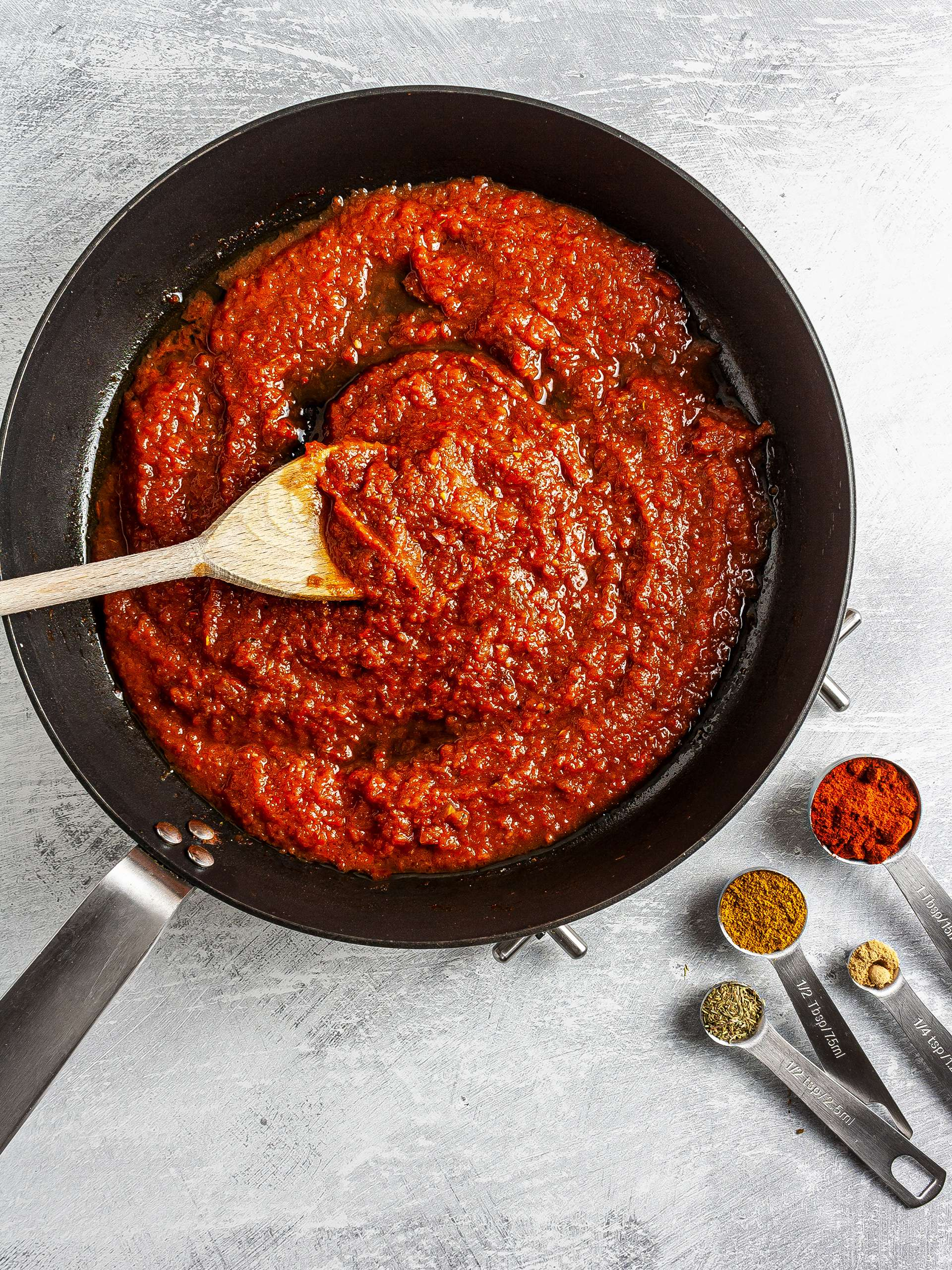 Tomato sauce with curry and paprika