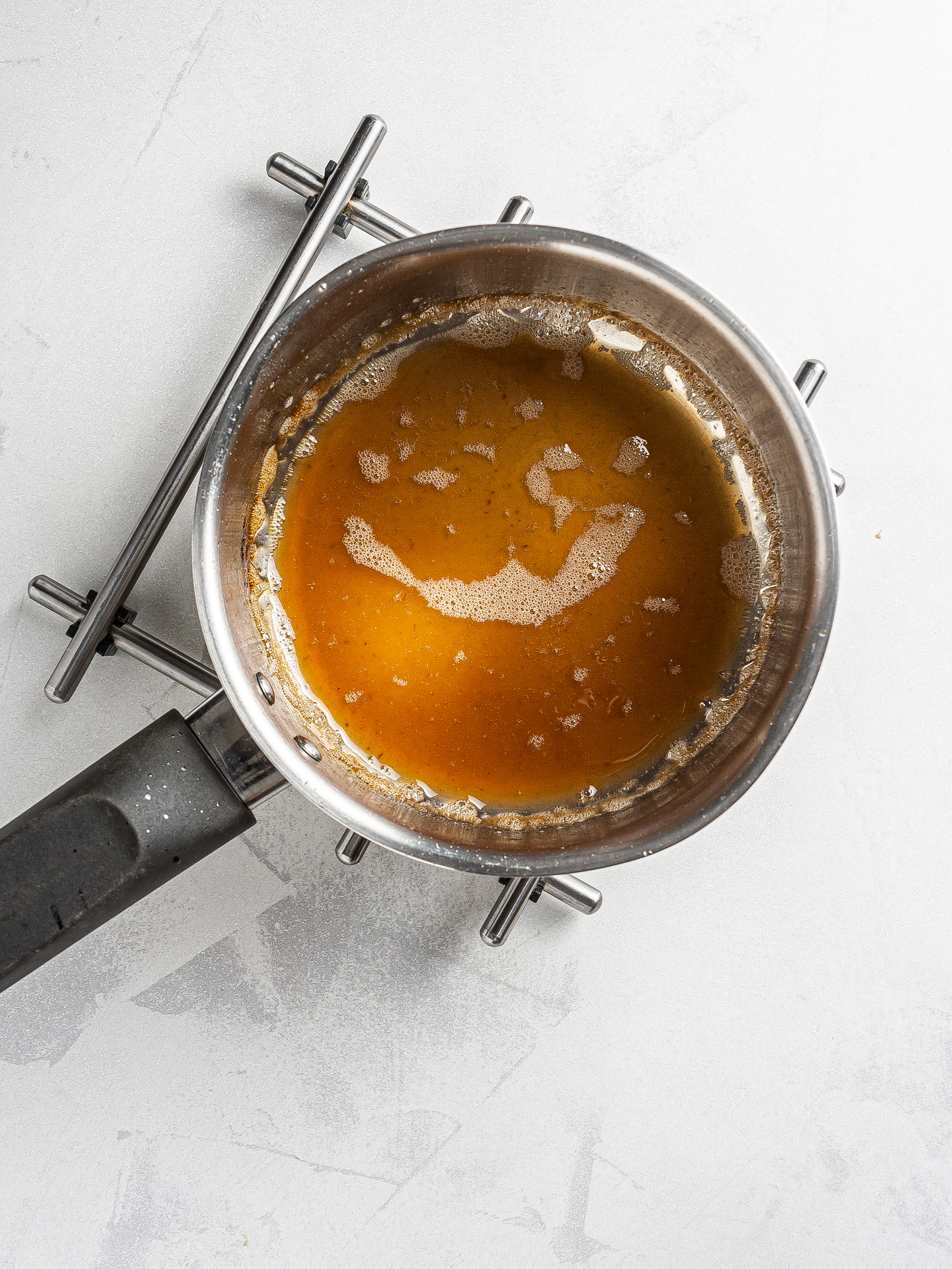 Date caramel in a pot