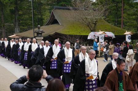 Private Day Trip to Mt Koya with a Photographer including Transportation by Luxury Van