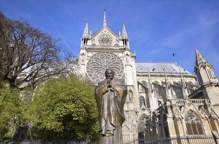 Complete Île de la Cité Tour: Notre Dame and Sainte Chapelle and La Conciergerie