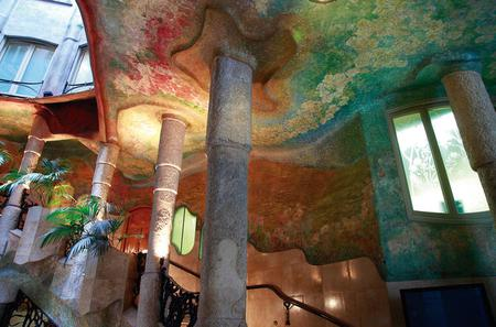 Viator Exclusive: Early Access to La Pedrera with Private Guide including Spanish Breakfast