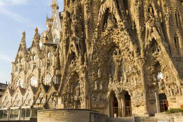 Barcelona Super Saver: Skip-the-Line La Sagrada Familia Tour plus Artistic Barcelona Tour