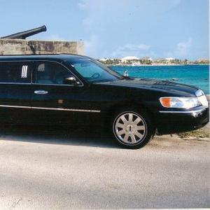 Nassau Roundtrip Transfer by Limousine to Paradise Island