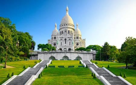 Paris Sightseeing by Minivan: Seine Cruise, Eiffel Tower Lunch and Notre Dame and Montmartre