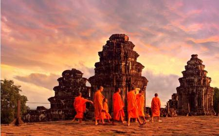 Angkor Wat & Sunset at Bakheng Mountain: Half-Day Tour