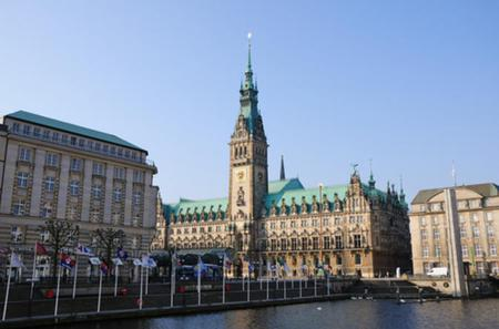 Essential Hamburg Combo: Hop-on Hop-off Tour, Cruise and Lake Alster