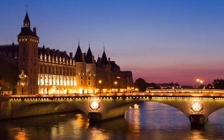 Skip-the Line-Eiffel Tower, Dinner Cruise & Moulin Rouge