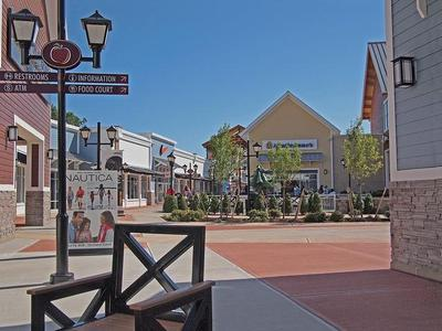 1-Day Christmas Holiday Gifts Shopping Tour at Tax-Free NH New Outlets from Boston