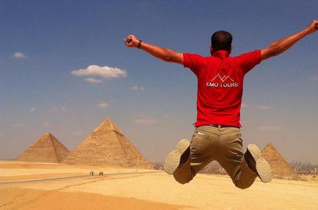 Private Full-Day Tour Visiting Giza Pyramids, Transfers and Lunch Included