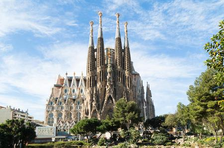 Full Day Guided Tour and Skip the Line: Sagrada Familia, Park Güell and La Pedrera