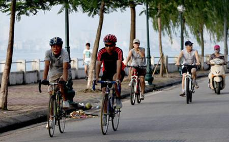 Hanoi West Lake: Half Day Food & Bike Tour