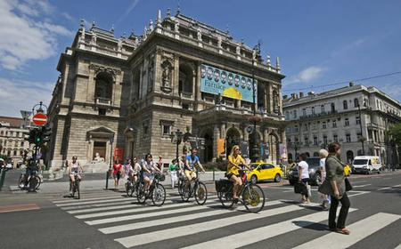 Budapest: 4-Hour City Bike Tour with Coffee Stop