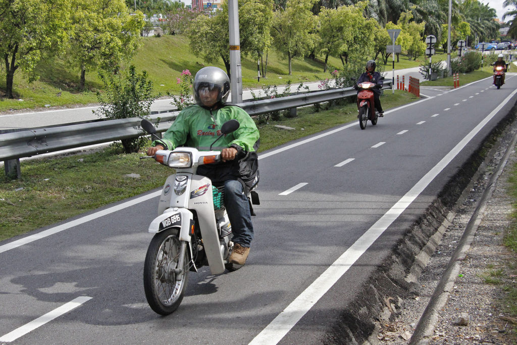 Expert suggests making motorcycle lanes compulsory on new roads