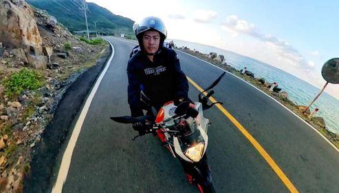 Hình ảnh anh Khoa Tran đang chạy theo con đường ven biển trên chiếc KTM DUKE 390 của mình
