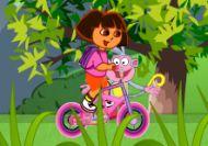 Dora en bicicleta por la montaña