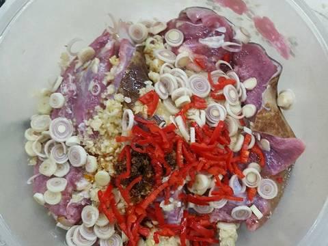 Ướp gia vị vào thịt dê cho thấm khoảng 10 phút