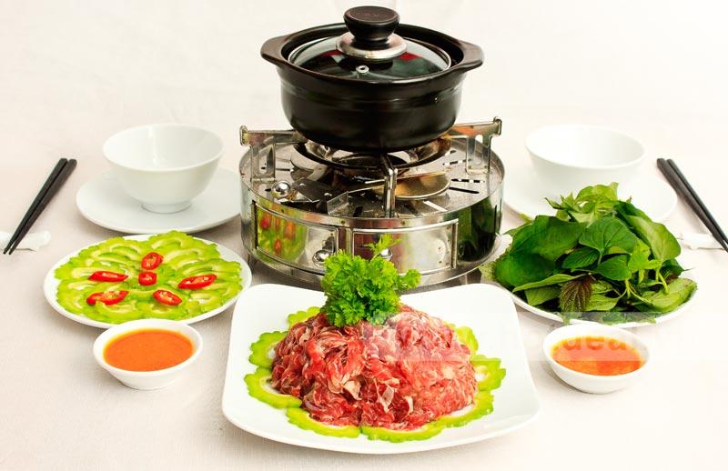 Món bắp bò nhúng mẻ được bày ra thật ngon và hấp dẫn.