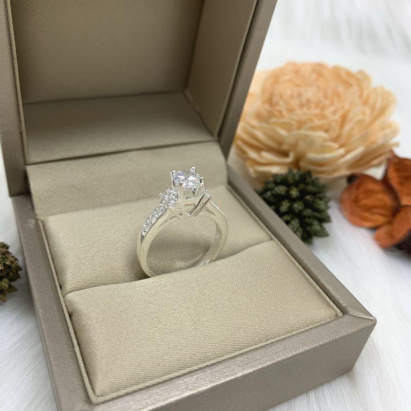 Nhẫn đá cao 2 bên thân khắc hình trái tim Q